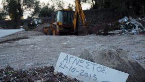 Gravgården på Lesbos börjar vara full av de som drunknat på sin färd till Europa.