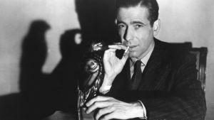 Humphrey Bogart elokuvassa Maltan haukka. Yksi Elämää suuremmat elokuvat -radiosarjassa käsitellyistä elokuvista.