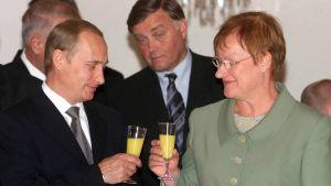 Vladimir Putin skålar med Tarja Halonen