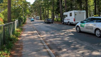 Bild av husbil som har parkerat köngs med vägen. På bilden syns också mötande och passerande trafik.