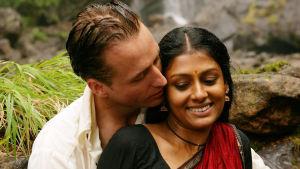 Ennen sateita. Kuvassa Linus Roache ja Nandita Das. Yle Kuvapalvelu