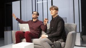 Eero Ritalan näyttelemä nainen istuu sohvalla sijoitusneuvojan (Tommi Korpela) kanssa.