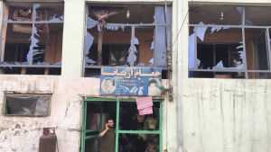 En barberare står utanför sitt bombskadade hus i Kabul efter explosionen på tisdagen 19.4.2016