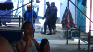 Omkring 400 män har vägrat lämna lägret efter att det stängdes den 31 oktober.