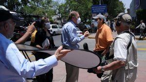 TV-reporter gör intervju utanför ett sjukhus i México under influensautbrottet 2009.