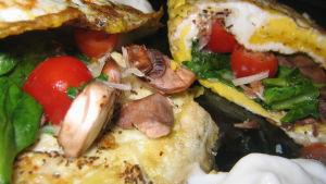 Omelett med svamp, spenat och körsbärstomater.