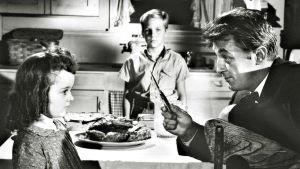 Robert Mitchum ja veitsi elokuvassa Räsynukke.