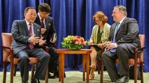 Nordkoreas utrikesminister Ri Yong Ho och USA:s utrikesminister Mike Pompeo på FN-mötet i New York.