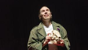Jussi Nikkilä som Hamlet.