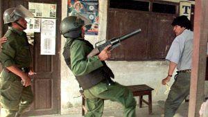 Morales var kokaodlare och fackföreningsledare för kokaodlarna innan han blev president. Här fotograferad under ett bråk med polisen i september år 2000.