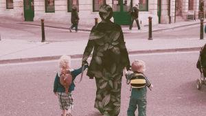 En barnvakt med två barn