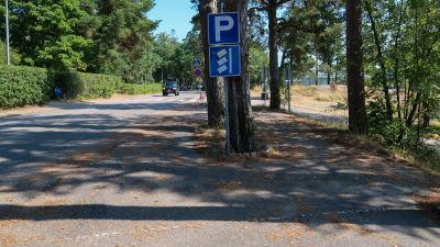 Bild av skylt som tillåter snedparkering.