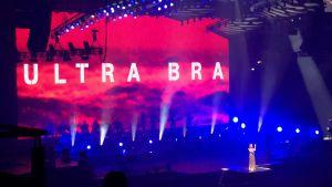 Ultra Bra på scenen.