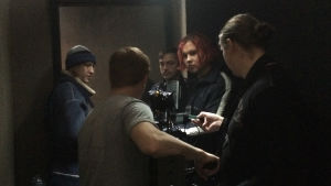 Kuvausryhmä ahtaassa lavasteessa.