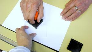Valsedel stämplas