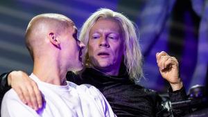 Toni Harjajärven näyttelemä Bekim istuu kaulakkain Kissan (Ville Tiihonen) kanssa.