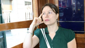 Ayla Albayrak i en spårvagn i Istanbul