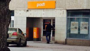 En kund drar på dörren till posten i Ekenäs som är stängd på grund av strejk.