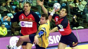 Magnus Wislander försöker göra mål mot Spanien i EM 2000
