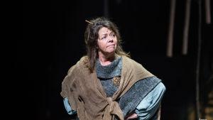 Näyttelijä Terhi Panula kalevalaisessa asussa kädet vyötäisillään Lemminkäinen näytelmässä