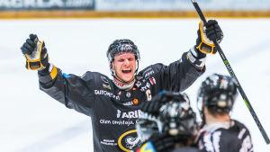Lasse Kukkonen jublar