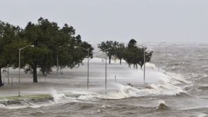 Orkanen Isaac härjar vid Lake Pontchartrain.