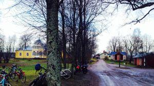 Mikaelskolan i Ekenäs sedd från riksväg 25. Nybygget skymtar längst borta.