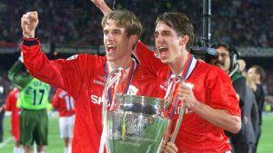Phil och Gary Neville, lyfter CL-bucklan i Manchester United, 1999.