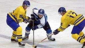 Henrik och Daniel Sedin utmanade Saku Koivu i ishockey-VM 1999 en månad innan de blev draftade av Vancouver Canucks.