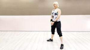 Personal trainer Anu Junnila kyykkää ilman lisäpainoja.