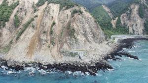 Skalvet med magnituden 7,8 utlöste mellan 80 000 och 100 000 jordskred och orsakade omfattande materiella skador