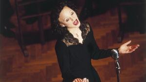 Pariisin varpunen - Edith Piaf. Elokuva, pääosassa ja kuvassa Marion Cotillard.