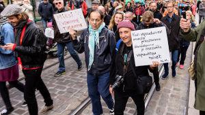 Demonstranter går på Alexandersgatan i Helsingfors.