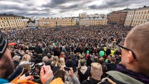 Folkmassor på Senatstorget i Helsingfors.
