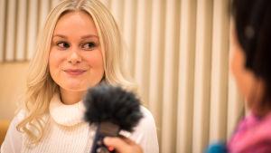Luciakandidat Cecilia Forsström intervjuas för Yle Vega.