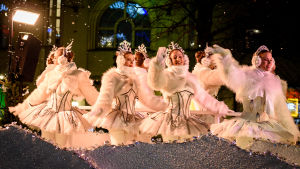 Änglar vinkar när julgatan öppnas.
