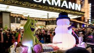 Julprydnader utanför Stockmann när julgatan öppnas.