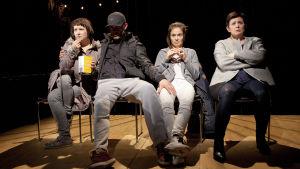 Elena Leeve, Tommi Korpela, Lotta Kaihua ja Sanna-Kaisa Palo näyttelevät Q-teatterin näytelmässä Jotain toista.