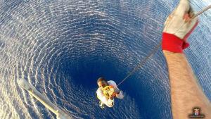 En man räddas på Medelhavet.