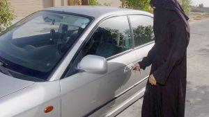 En saudisk kvinna låser upp en bil.