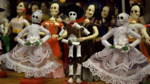 Meksikolaisen kuolleiden päivän luurankokoristeita.