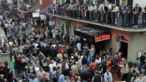 Bourbon Street i New Orleans under Mardi Grasfestivalen.
