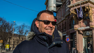 François Ozon på promenad i centrala Helsingfors i mars 2017.