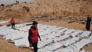 Libyska frivilliga från Röda halvmånen täckte över lik som sköljt in på stranden nära Al Zawiya, Libyen 20.2.2017