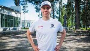 Emil Lindholm står med händerna vid sidan och tittar in i kameran