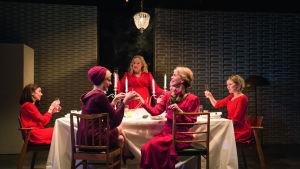 Foto från Paha äitipuoli på Nationalteatern.
