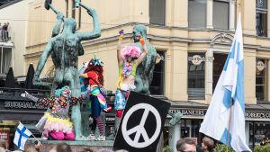 Demnstranter vid Tre smeder i Helsingfors.