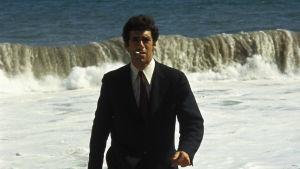Elliott Gould elokuvassa Pitkät jäähyväiset (1972). Yksi Elämää suuremmat elokuvat -radiosarjassa käsitellyistä elokuvista.
