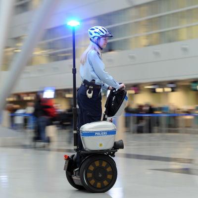 En polis på ståhjuling på flygfältet i Düsseldorf.