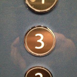 Tohlopin mediapoliin ikivanhan/upouuden puolen hissin 3. kerroksen painonappi
